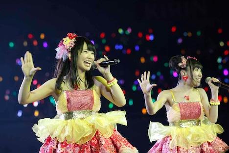 松村香織、須田亜香里による「ここで一発」歌唱の様子。 (c)AKS
