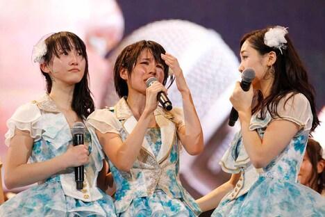 ナゴヤドームの追加公演が発表されうれし涙を流す中西優香(中央)。 (c)AKS