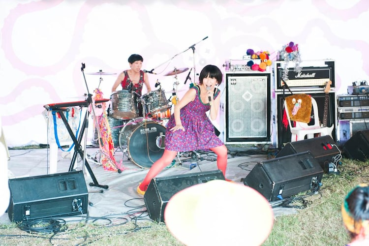 「Everyday is summer holiday」演奏中のKiiiiiii。(撮影:後藤武浩)