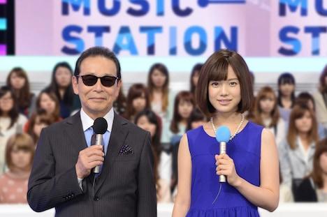「ミュージックステーション」MCのタモリと、テレビ朝日アナウンサー弘中綾香。