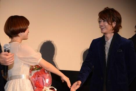 握手を交わす大原櫻子と佐藤健。