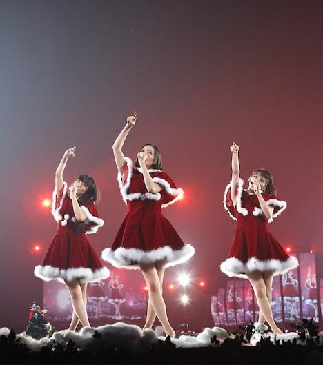 会場後方のサブステージで「ワンルーム・ディスコ」をパフォーマンスするPerfume。
