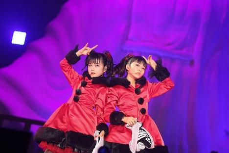YUIMETALとMOAMETALによるブラックサンタクロース。 撮影:Taku Fujii