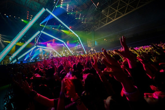 「COUNTDOWN JAPAN 13/14」でのMAN WITH A MISSIONのパフォーマンスの様子。
