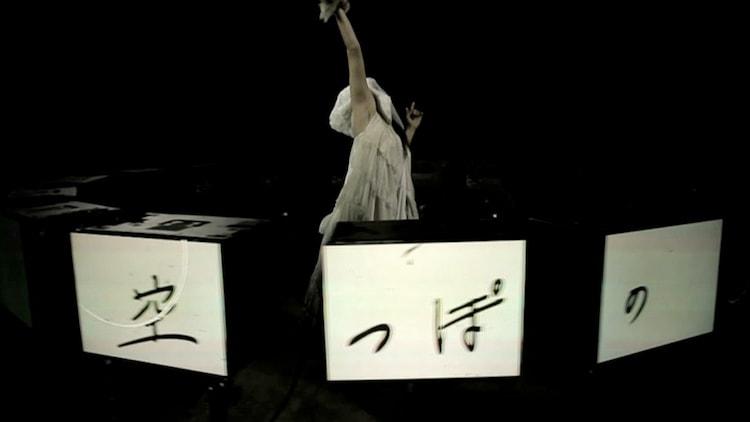amazarashi「空っぽの空に潰される」PVのワンシーン。