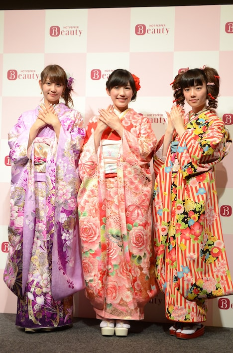 "「AKB48""成人式ネイル""記念写真お披露目会」に出席した永尾まりや、渡辺麻友、島崎遥香(左から)。"