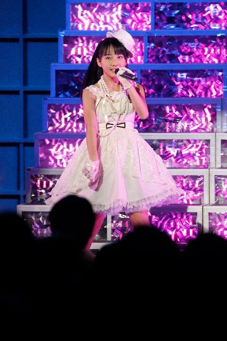 「シンクロときめき」を歌唱する田中美久。 (c)AKS
