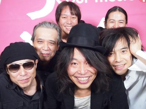 「俺たちの明日」収録後のエレファントカシマシ、曽我部恵一、サポートメンバーのヒラマミキオ。