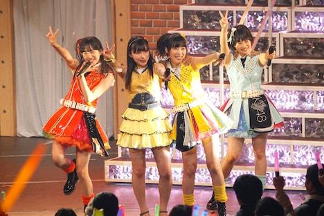 左から田島芽瑠、山本茉央、指原莉乃、朝長美桜。 (C)AKS