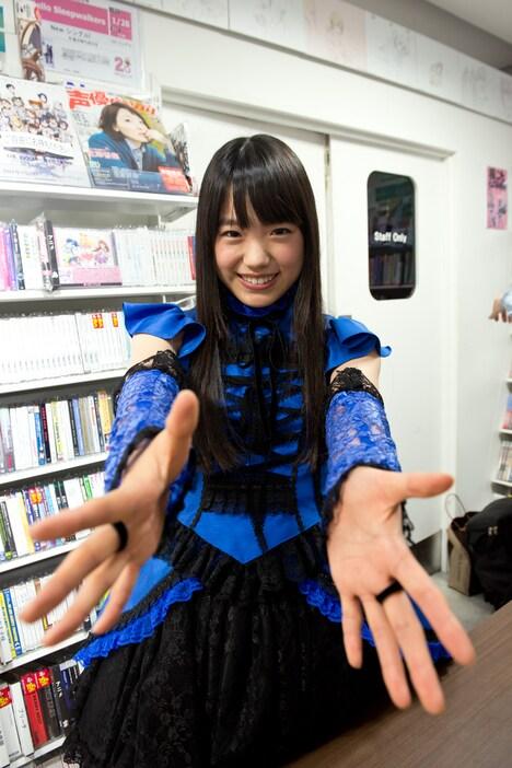 握手を求める伊藤千由李。
