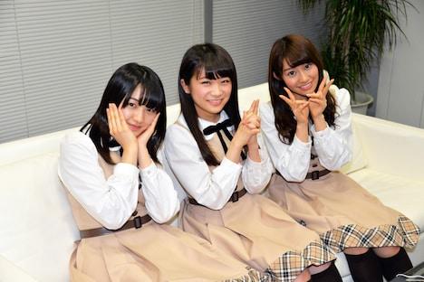 左から中田花奈、秋元真夏、桜井玲香。