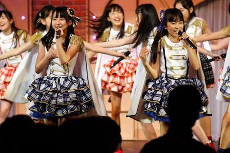 新曲「桜、みんなで食べた」を歌唱する田中美久、矢吹奈子(手前左から)。 (c)AKS