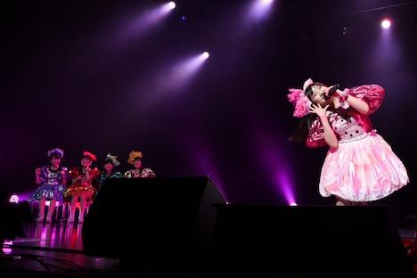 4人に見守られながら「あーりんは反抗期!」を歌唱するピンク担当の有安杏果。