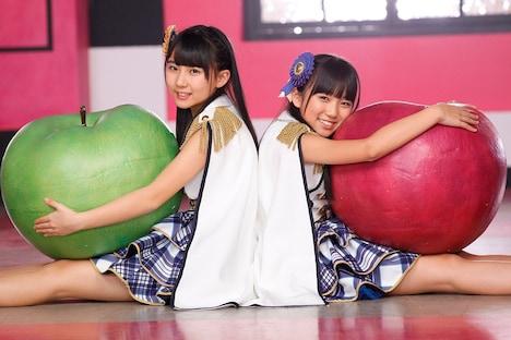 HKT48「桜、みんなで食べた」PVのワンシーン。左から田中美久、矢吹奈子。
