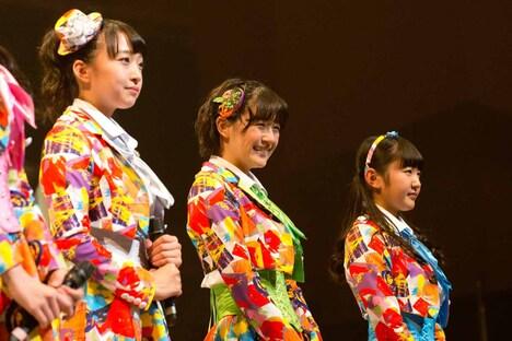 左から渡邉幸愛、浅川梨奈、内村莉彩。