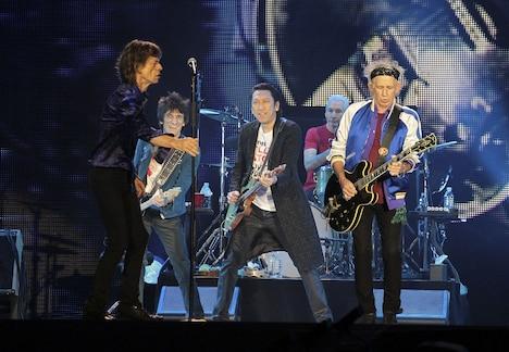 The Rolling Stonesと共演する布袋寅泰。(撮影:外山繁)