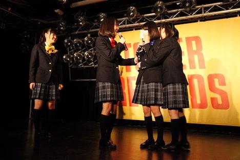 メンバーからの手紙に感涙する葵わかな(右から2番目)。