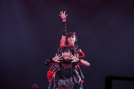 YUIMETAL(手前)、MOAMETAL(奥)。(Photo by Taku Fujii)