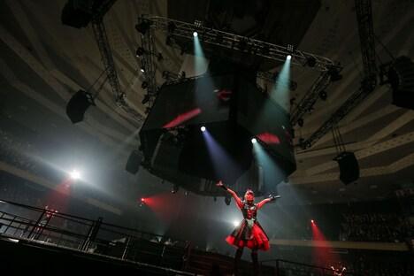 """BABYMETAL「赤い夜 LEGEND """"巨大コルセット祭り"""" ~天下一メタル武道会ファイナル~」公演の様子。(Photo by Taku Fujii)"""