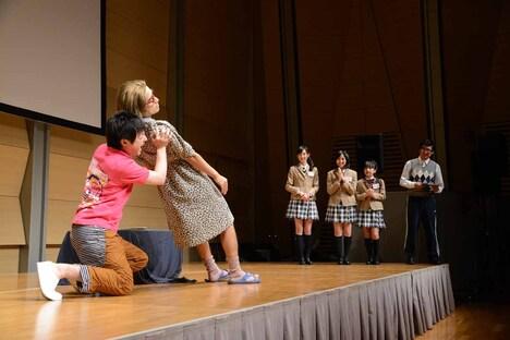 かもめんたるのコントを観る野津友那乃、白井沙樹、山出愛子、森ハヤシ先生。
