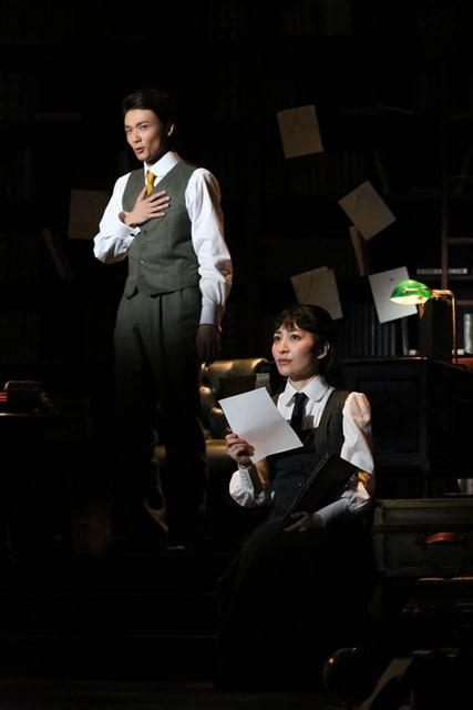 「ダディ・ロング・レッグズ~足ながおじさんより~」より。左から井上芳雄、坂本真綾。