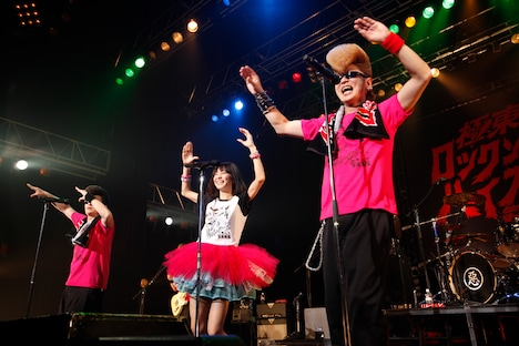 アンコールで「One Night Carnival」を歌い踊る氣志團とLiSA。