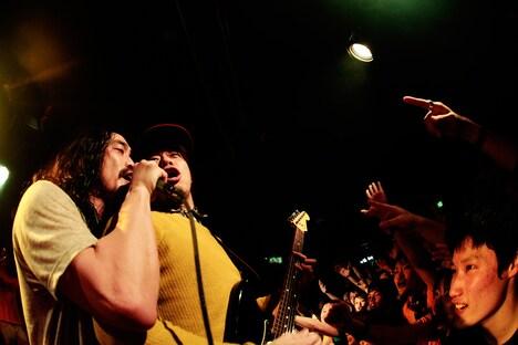 ダブルアンコールで歌唱するG-FREAK FACTORYの茂木洋晃(左)と10-FEETのTAKUMA(右)。(Photo by HayachiN)