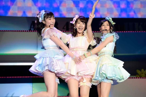 左から吉田朱里、柏木由紀、上西恵。 (c)AKS