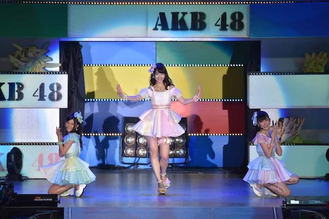 左から上西恵、柏木由紀、吉田朱里。 (c)AKS