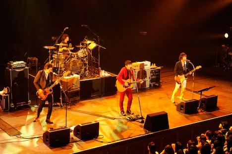 4月12日に行われた「DINOSAUR ROCK'N ROLL 6」でのTRICERATOPSと桜井和寿のコラボステージ。(撮影:松木雄一)