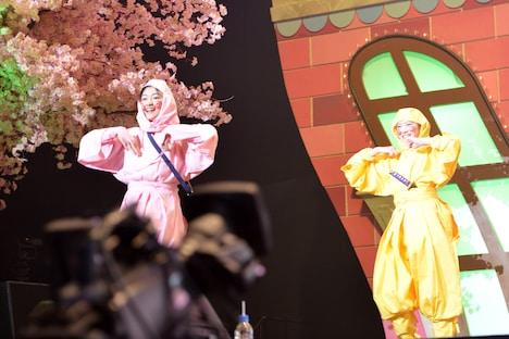 忍者になって登場し会場を沸かせた新メンバー小林歌穂(左)と中山莉子(右)。