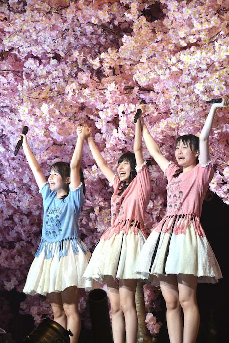 笑顔でステージを去った瑞季、鈴木裕乃、杏野なつ(左から)。