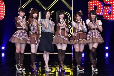 左から小嶋真子、島崎遥香、塚本まり子、渡辺麻友、川栄李奈、大和田南那。(c)AKS