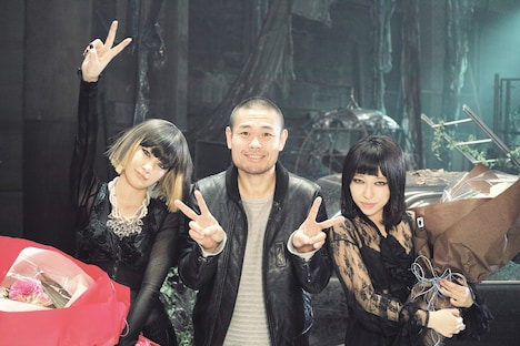 「Fighter」ビデオクリップ撮影現場でのヒトコマ。左から中島美嘉、品川ヒロシ、加藤ミリヤ。