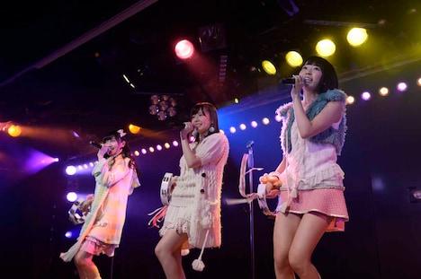 矢倉楓子、島崎遥香、宮脇咲良による「ハート型ウイルス」歌唱の様子。 (c)AKS
