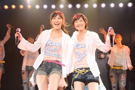 左から渡辺麻友、生駒里奈。 (c)AKS