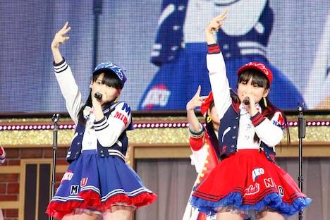 左から田中美久、矢吹奈子。 (c)AKS