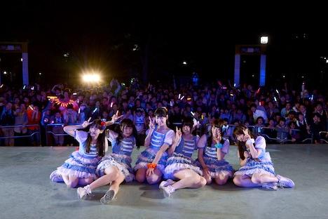 東京・代々木公園野外ステージに集まったファンとの集合写真。