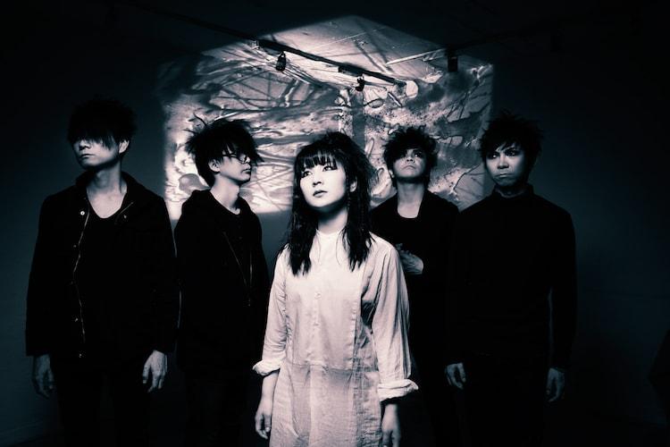 CQ。左から渡辺清美(G)、ササブチヒロシ(Dr)、大場和香(B)、澁谷潤(Vo, G)、菅原祥隆(G)。