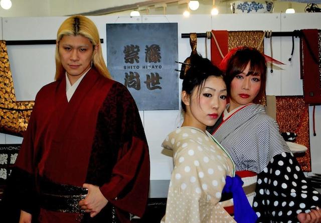 左からプロデューサー・TOMORO、雛菊、SAYALA。