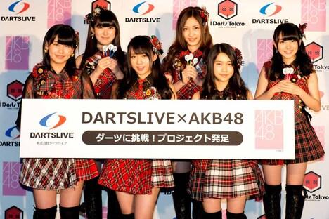 「『DARTSLIVE×AKB48』ダーツに挑戦!プロジェクト」記者発表会に出演したAKB48メンバー。
