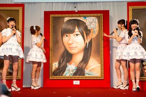 昨年の選抜総選挙1位に輝いた指原莉乃の肖像画が登場し驚くAKB48メンバーたち。