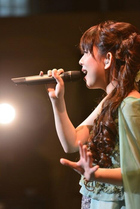 """牧野由依(写真はワンマンライブ「Yui Makino Concert """"Re: あのぉ~、新曲はいつですか?""""」の様子)"""