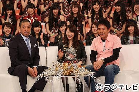「HEY!HEY!HEY! 特別篇 さよなら大島優子AKB48ラストステージ生中継SP」よりダウンタウンを交えてトークする大島優子。 (c)フジテレビジョン