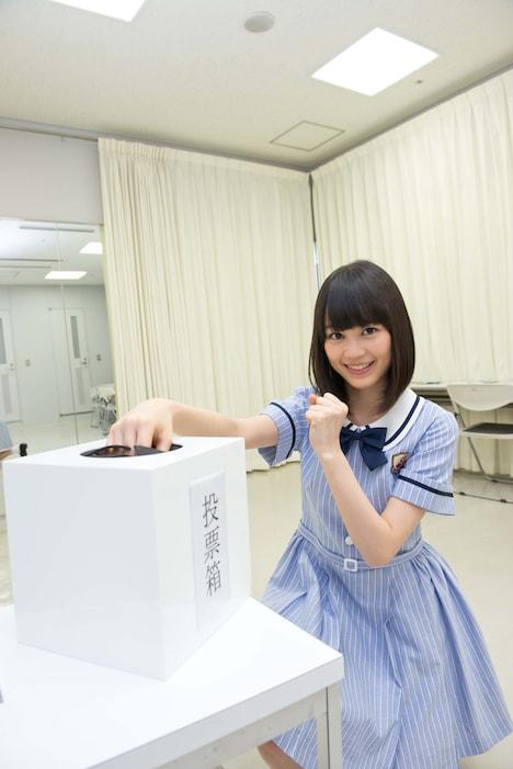 メンバーが立候補する役を投票する投票場を案内する生田絵梨花。