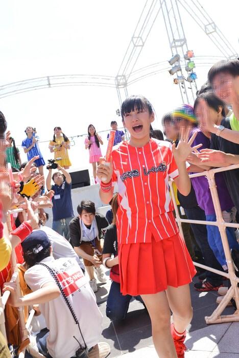 虹家族(ファン)の間を通ってステージをあとにする奈良崎とわ。