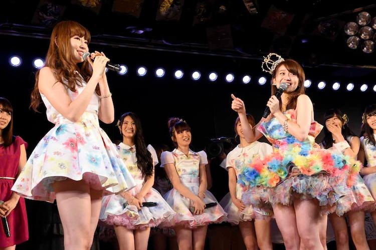 左から小嶋陽菜、大島優子。 (c)AKS