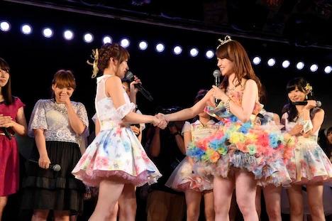 高橋みなみと握手を交わす大島優子。 (c)AKS