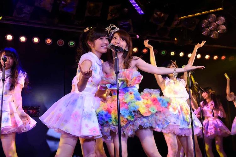 左から渡辺麻友、大島優子。 (c)AKS