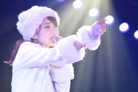 大島優子による「泣きながら微笑んで」歌唱の様子。 (c)AKS